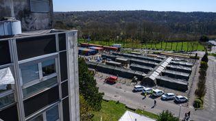 L'hôpital de campagne vu du toit de l'hôpital de Mulhouse, le 8 avril 2020. (PATRICK HERTZOG / AFP)