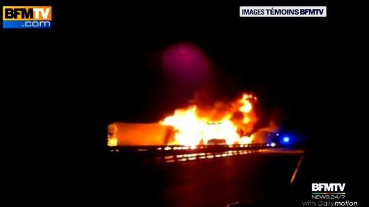 Capture d'écran d'une vidéo amateur diffusée par BFMTVde l'incendie provoqué par la collision impliquant trois poids lourds et un car, vendredi 13 février 2015, sur l'A1dans l'Oise. (BFMTV )