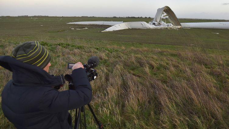 Une éolienne s'est brisée en deux au passage de la tempête Carmen à Bouin (Vendée), le 1er janvier 2018. (LOIC VENANCE / AFP)