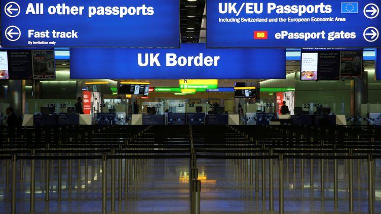 Les douanes à l'aéroport d'Heathrow, à Londres (Royaume-Uni), le 4 juin 2014. (NEIL HALL / REUTERS)