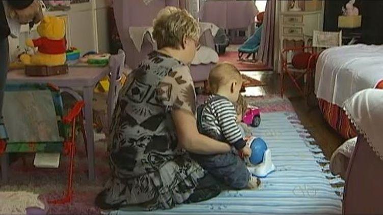 Une assistante maternelle à domicile, en septembre 2013. ( FRANCE 2 / FRANCETV INFO)