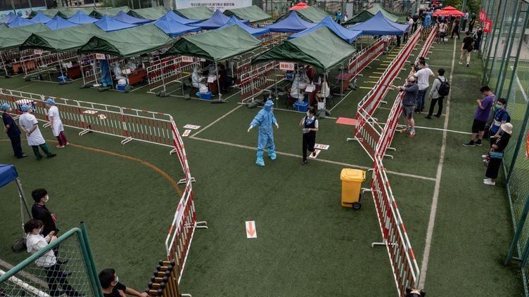 Des personnes patientent pour un dépistage au Covid-19 de grande ampleur, le 24 juin 2020 à Pékin (Chine). (NICOLAS ASFOURI / AFP)
