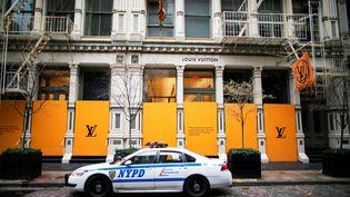 Une voiture depolice, le 31 mars 2020 à New York (Etats-Unis). (EDUARDO MUNOZ / REUTERS)