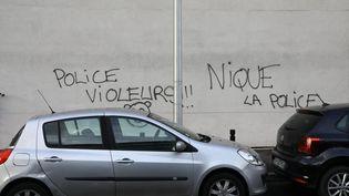 Des inscriptions hostiles à la police recouvrent les murs d'un bâtiment à Aulnay-sous-Bois (Seine-Saint-Denis), le 6 février 2017. (MAXPPP)