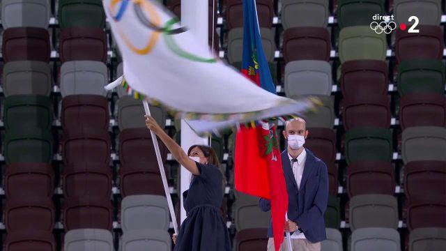 Anne Hidalgola maire de Paris, a reçu le drapeau olympique des mains de la gouverneure de Tokyo Yuriko Koike, par l'intermédiaire du président du CIO Thomas Bach.