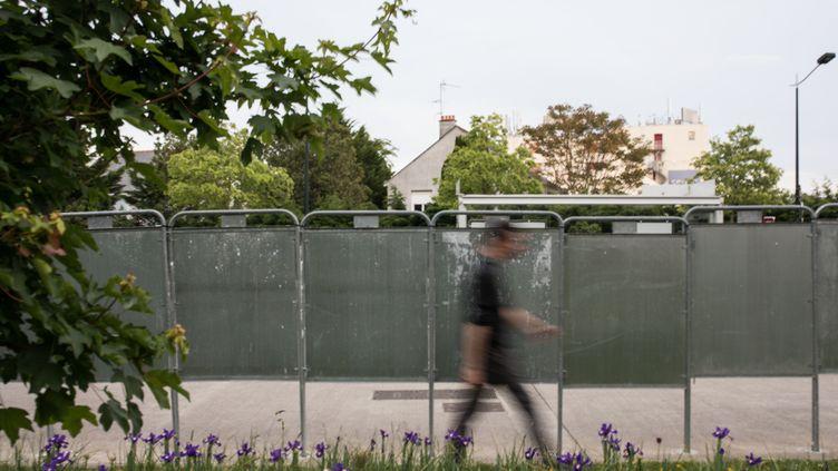 Un passant devant des panneaux utilisés pour l'affichage électoral, à Nantes (Loire-Atlantique), lundi 6 mai 2019. (JEREMIE LUSSEAU / HANS LUCAS / AFP)