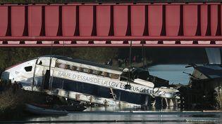 Cinquante-trois personnes se trouvaient à bord de la rame d'essais du TGV Est qui a déraillé à Eckwersheim (Bas-Rhin), le 14 novembre 2015. (FREDERICK FLORIN / AFP)