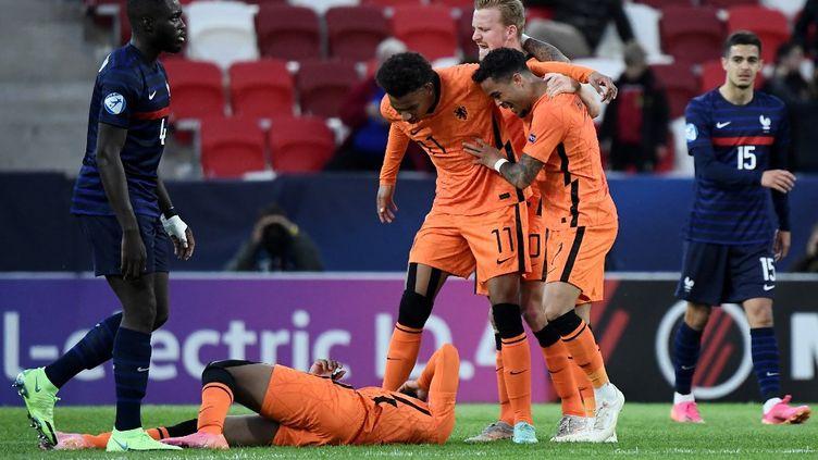 Les Néerlandais célèbrent le but décisif de Boadu qui les envoie en demi-finale de l'Euro U21 2021, aux dépens des Bleuets, le 31 mai 2021. (ATTILA KISBENEDEK / AFP)