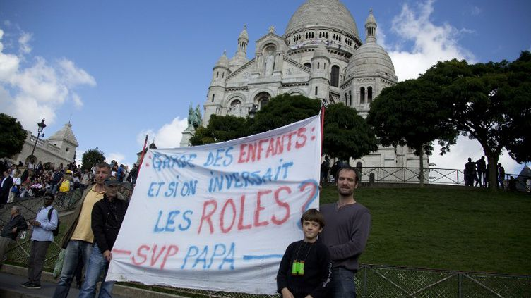 Des militants de l'association svp papa se sont retranchés, dimanche 15 septembre 2013, sur la coupole du Sacré-Cœuœr à Paris où une centaine de personnes ont manifesté. (CITIZENSIDE.COM / AFP)