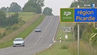 Le panneau entre les régions Picardie et Champagne-Ardenne, qui devraient fusionner selon le projet de réforme territoriale de François Hollande. ( FRANCE 3 / FRANCETV INFO)