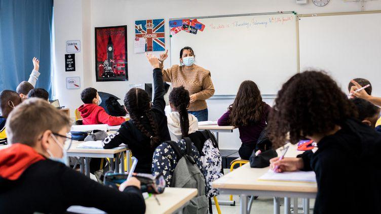 Les élèves d'une des classes du collège René Cassin à Chanteloup-les-Vignes le 4 février 2021. (EMERIC FOHLEN / NURPHOTO)