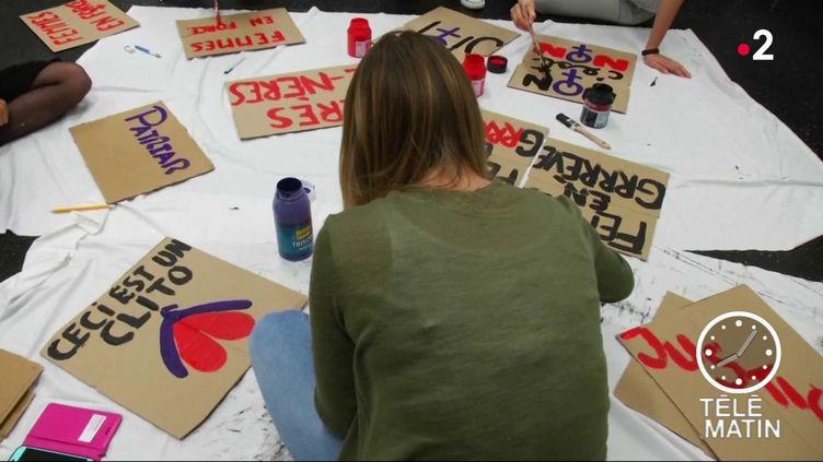 Des femmes préparant la marche. (France 2)