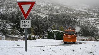 Un chasse-neige à Tournon-sur-Rhône (Ardèche) le 15 novembre 2019. (JEAN-PHILIPPE KSIAZEK / AFP)