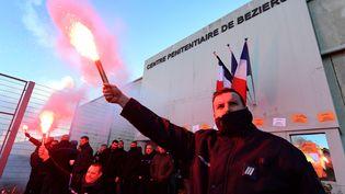 Des surveillants de prisons manifestent, à Béziers (Hérault), mardi 23 janvier 2018. (PASCAL GUYOT / AFP)