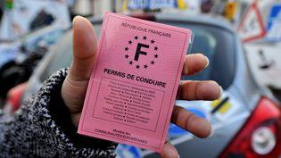 Une personne présente son permis de conduire à Caen, le 11 mars 2009. (MYCHELE DANIAU / AFP)