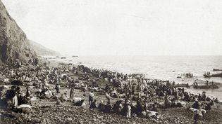 Des réfugiés arméniens attendent d'être évacués vers l'Egypte, en septembre 1915 sur une plage de Turquie. (HISTORIAL DE PÉRONNE / AFP)