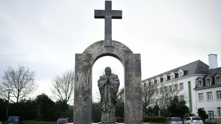 La statue de Jean-Paul II à Ploërmel (Morbihan) avant le retrait de sa croix décidé par le Conseil d'Etat  (DAMIEN MEYER / AFP)
