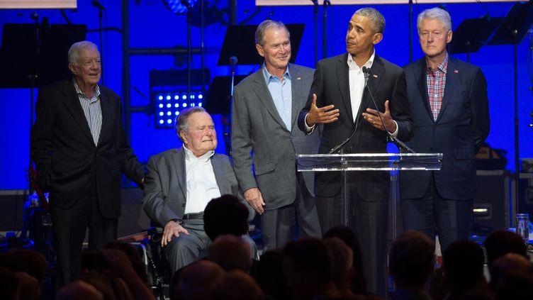 Jimmy Carter, George H. Bush, George W. Bush, Bill Clinton et Barack Obama, lors d'un concert caritatif à College Station (Texas, Etats-Unis), le 21 octobre 2017. (JIM CHAPIN / AFP)