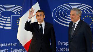 Emmanuel Macron et le président du Parlement Antonio Tajani à Strasbourg, le 17 avril 2018. (VINCENT KESSLER / REUTERS)