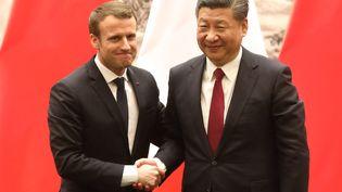 Le président Emmanuel Macron et le président Xi Jinping se serrent la main lors d'une conférence de presse à Pékin, mardi 9 janvier 2018. (LUDOVIC MARIN / AFP)