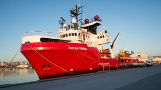 """Le bateau humanitaire """"Ocean Viking"""" dans le port commercial de Marseille (Bouches-du-Rhône), le 4 août 2019. (CLEMENT MAHOUDEAU / AFP)"""