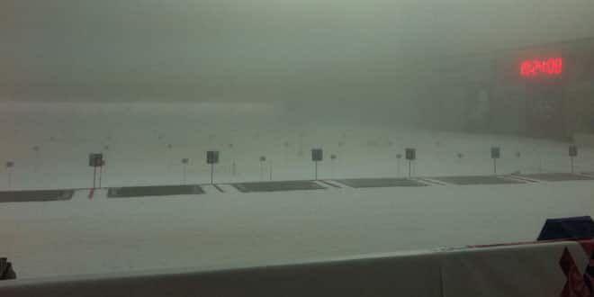 Le pas de tir du biathlon dans le brouillard
