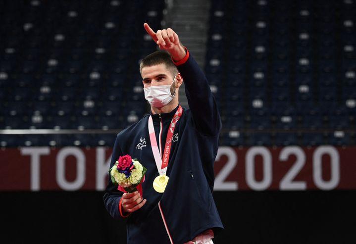 Le FrançaisLucas Mazur après avoir remporté l'or en simple hommes catégorie SL4 en para badminton aux Jeux paralympiques de Tokyo le 5 septembre 2021. (MIHO IKEYA / YOMIURI)