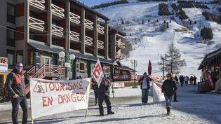 Des saisonnies manifestent conre la réforme de l'assurance-chômage dans la station de ski des Deux Alpes, en Isère, le 15 février 2020. (GREGORY BERGER / HANS LUCAS / AFP)