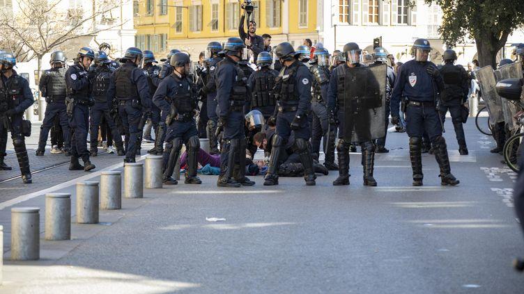 """Une femme de 73 ans grièvement blessée lors de la manifestation des """"gilets jaunes"""" à Nice, le 23 mars 2019. (ROLAND MACRI / MAXPPP)"""