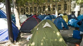 Un campement de migrants à la porte de La Chapelle, à Paris, en juillet 2017. (MATTHIEU ROSIER / MAXPPP)