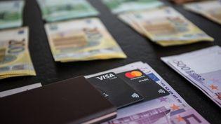 De l'argent liquide et des cartes bancaires. (Illustration). (FOTOSTAND / K. SCHMITT / FOTOSTAND)