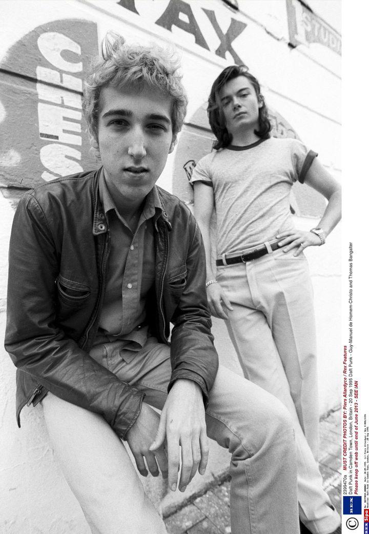 Daft Punk (Thomas Bangalter au premier plan et Guy-Manuel de Homem Christo au second plan) en septembre 1995 à Londres (Angleterre). (PIERS ALLARDYCE / REX F/ SIPA)
