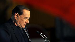 Silvio Berlusconi lors d'un discours devant sa résidence privée, à Rome (Italie), le 27 novembre 2013. (TIZIANA FABI / AFP)