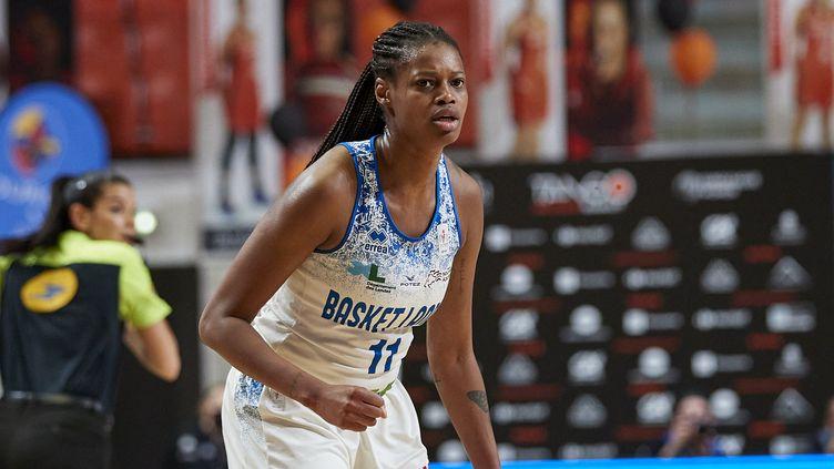 Valériane Ayayi avec Basket Landes lors de la finale de Ligue féminine de basket (LFB), le 15 mai 2021 contre Montpellier, à Bourges. (ANN-DEE LAMOUR / AFP)