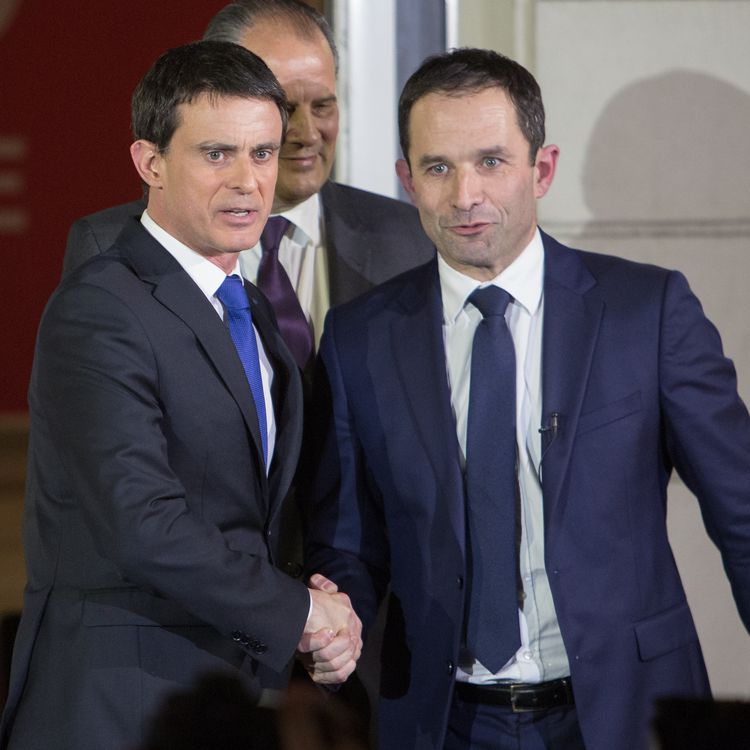 Manuel Valls et Benoît Hamon, le 30 janvier 2017, au siège du Parti socialiste, rue de Soléférino à Paris. (IRINA KALASHNIKOVA / SPUTNIK / AFP)