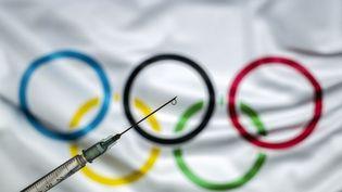 """Le CIO, qui refuse de rendre la vaccination obligatoire pour les Jeux au vu de la disponibilité très inégale des doses, affirme qu'il va """"payer"""" pour ces injections. (ALI BALIKCI / ANADOLU AGENCY / AFP)"""