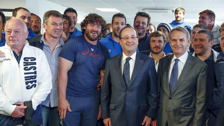 François Hollande est les joueurs du Castres Olympique à l'aéroport Castres-Mazamet à Labruguiere (Tarn), le 30 mai 2013 (JEAN-CLAUDE COUTAUSSE / AFP)