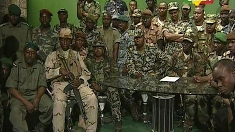 Des militaires putschistes dans les locaux de la télévision malienne ORTM, le jeudi 22 mars 2012. (CAPTURE D'ÉCRAN ORTM / REUTERS)