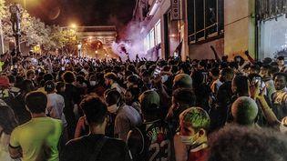 Des milliers de supporters du PSG se sont spontanément rassemblés, notamment sur les Champs-Elysées à Paris, après la victoire du club contre Leipzig mardi soir. (JAN SCHMIDT-WHITLEY/LE PICTORIUM / MAXPPP)