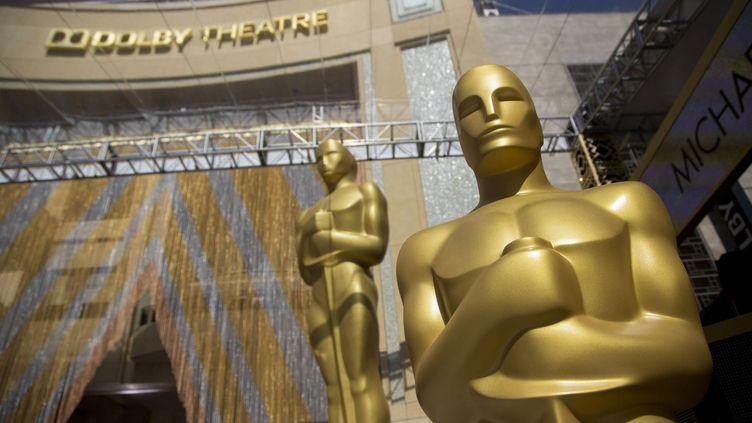 Des statues installées devant le Dolby Theater, à Hollywood (Etats-Unis), avant la 88e cérémonie des Oscars, le 26 février 2016. (SIPANY / AFP)