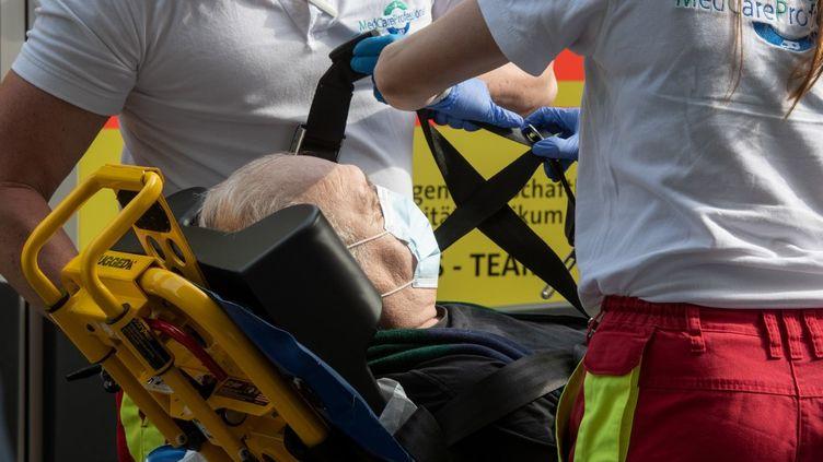 Un patient atteint du coronavirus, en provenance de Bergame, en Italie, est admis à l'hôpital Saint-Joseph à Bochum, en Allemagne, le 9 mai 2020. (BERND THISSEN / DPA / AFP)