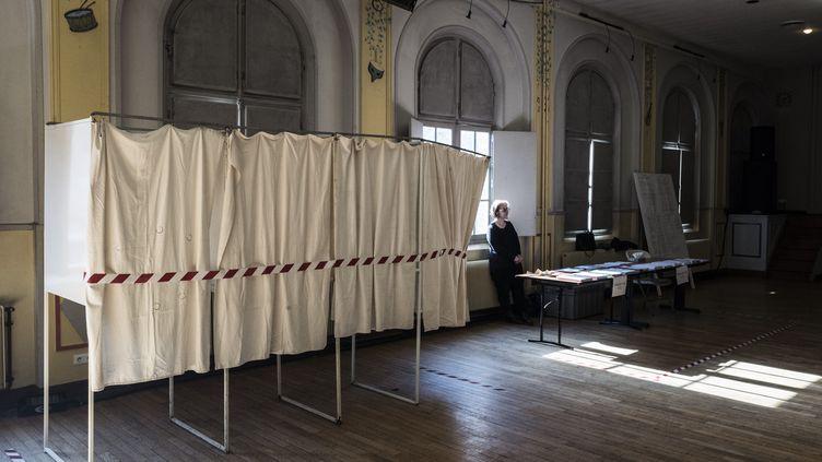 Un bureau de vote à Saint-Ouen(Seine-Saint-Denis), le 15 mars 2020,lors du premier tour des élections municipales. (MAXPPP)