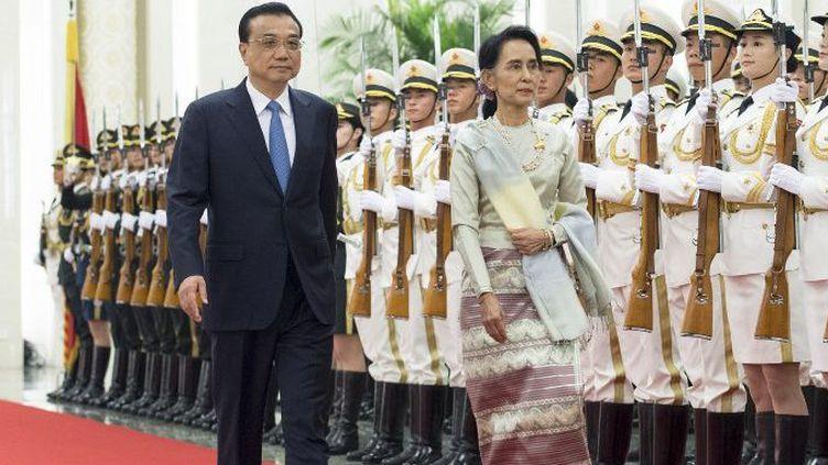 L'ex-opposante birmane Aung San Suu Kyi reçue à Pékin, le 18 août 2016, et le Premier ministre chinois Li Keqiang. (WANG YE / NURPHOTO)