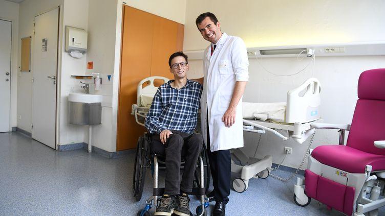 Le docteur Guillaume Canaud et Emmanuel, le premier patient atteint du syndrome de Cloves à avoir pris son traitement expérimental, à l'hôpital Necker de Paris, le 13 juin 2018. (ALAIN JOCARD / AFP)