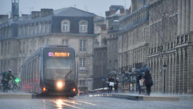 Un tramway sous la pluie dans les rues de Bordeaux, le 14 octobre 2019. (GEORGES GOBET / AFP)