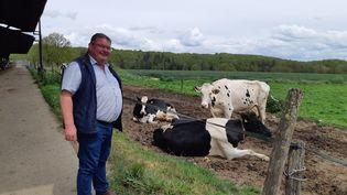 Philippe Cocagne devant ses vaches laitières. (GUILLAUME  GAVEN / FRANCE-INFO)
