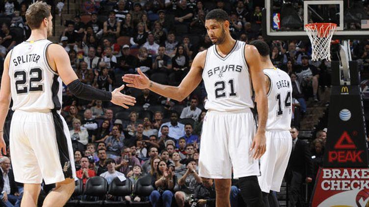 Tim Duncan, le pivot des Spurs, félicite Tiago Splitter