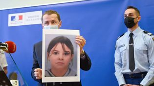 Nicolas Heitz, procureur d'Épinal, montrant la photo de Mia, disparue mardi 13 avril 2021 (SEBASTIEN BOZON / AFP)