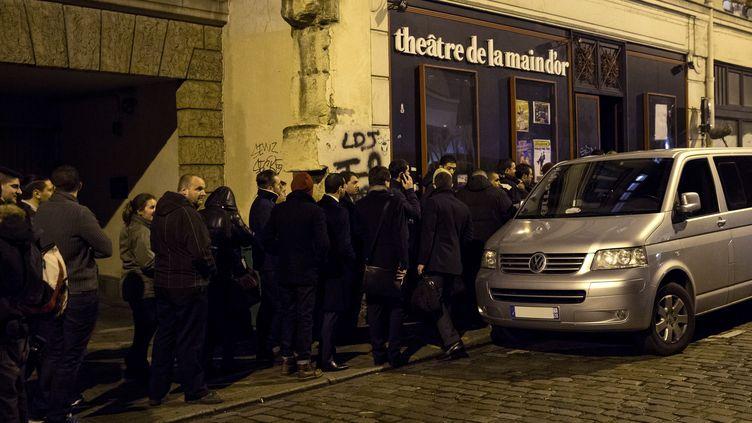 """Des spectateurs patientent avant la représentation d'""""Asu Zoa"""", lundi 13 janvier 2014, devant le théâtre de la Main d'Or, à Paris. (PATRICK KOVARIK / AFP)"""