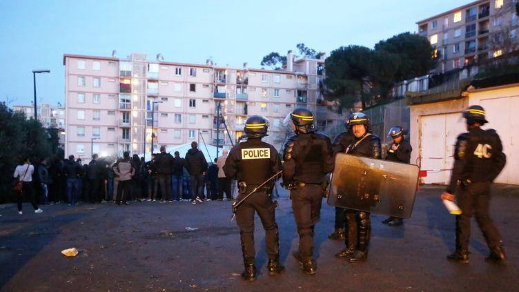 Des policiers sont déployés dans le quartier des Jardins de l'Empereur à Ajaccio (Corse du Sud), après de violentes échauffourées, le 25 décembre 2015. (MAXPPP)
